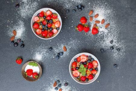Muesli, strawberries and currants