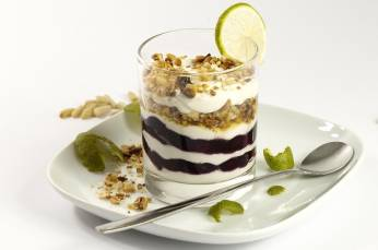 Yogurt with lime and nuts